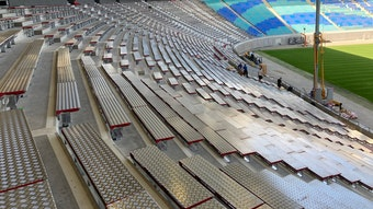 Sind schon geliefert und müssen nur noch montiert und verschraubt werden: Die neuen Sitz-Stehplatz-Kombinationen aus Edelstahl.
