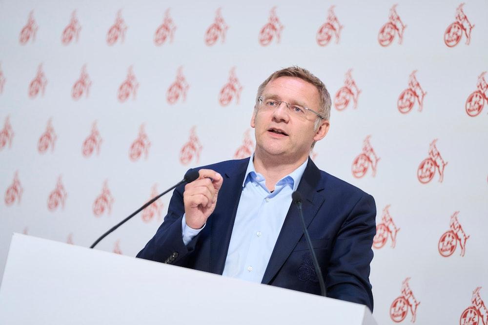 Eckhard Sauren spricht bei der Mitgliederversammlung des 1. FC Köln.