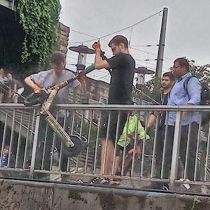 Umwelt-Aktivisten des Vereins Krake bergen E-Scooter aus dem Rhein.