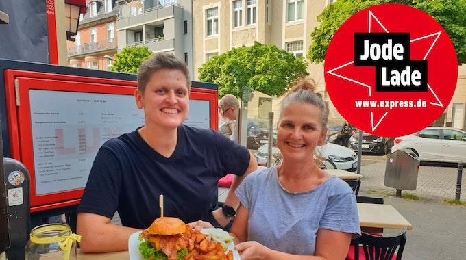 Peggy Krüger (links) und Dunya Roggenbau vom Lux präsentieren ihr Essen.