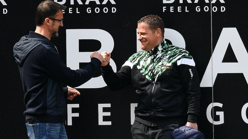 Zwei, die einander schätzen: Ex-Frankfurt-Manager Fredi Bobic und Gladbachs Sportdirektor Max Eberl, hier am 17. April 2021 beim Bundesliga-Duell zwischen der SGE und dem VfL.