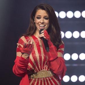Vanessa Mai bei einem Konzert-Auftritt im roten Kleid