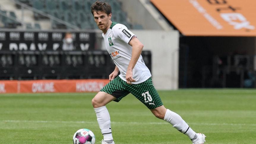 Gladbachs Offensivakteur Jonas Hofmann am 15. Mai 2021 beim Bundesliga-Duell gegen Stuttgart in Aktion.