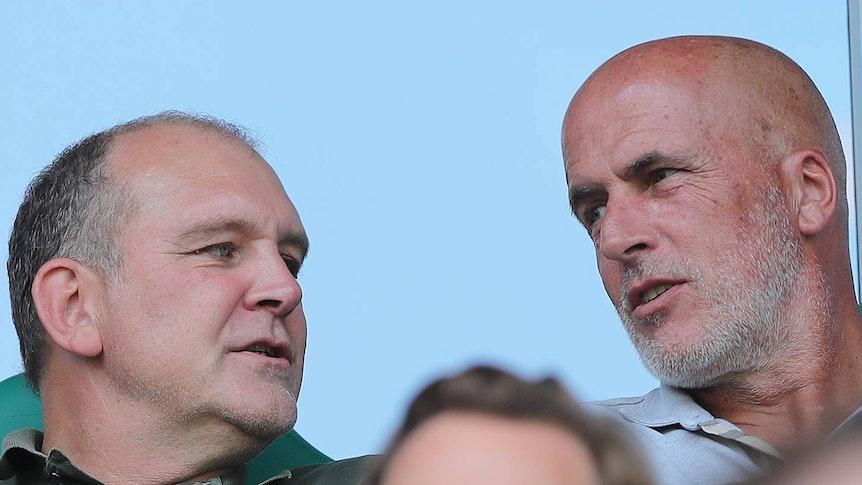 Der ehemalige Gladbacher Cheftrainer Michael Frontzeck (r.) und Wolfsburg-Manager Jörg Schmadtke (l.) sitzen am 31. August 2019 gemeinsam auf der Tribüne der Volkswagen-Arena und schauen sich in der Autostadt das Duell gegen den SC Paderborn an.