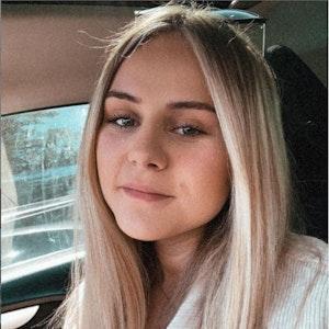 Estefania Wollny auf einem Foto vom 18. Juni mit Sonnenbrille auf dem Kopf