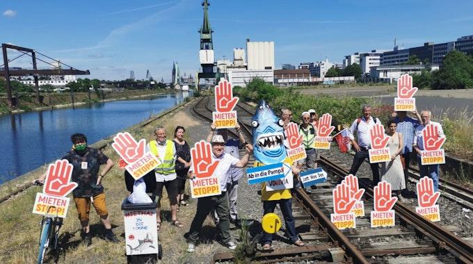 Bei einer bundesweiten Demo gegen steigende Mieten haben Aktivisten auch in Köln demostriert.