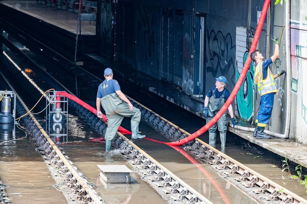 Das THW pumpt Wasser am 20.06.2021 aus der U-Bahn Station Geldernstraße / Parkgürtel. Nach Starkregen ist die U-Bahn Haltestelle überflutet. Foto: Uwe Weiser/frei über shared services