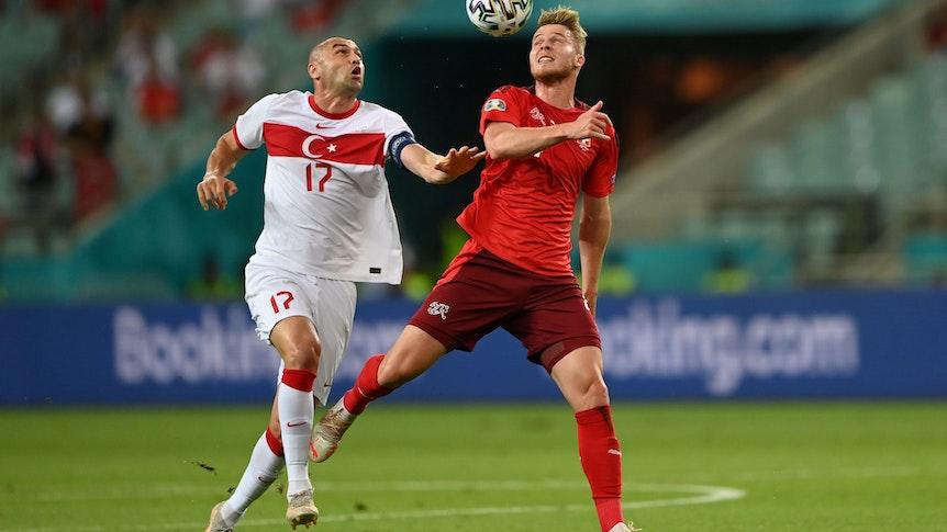 Gladbachs Nico Elvedi im Duell mit Burak Yilmaz aus der Türkei am dritten EM-Gruppenspieltag am 20. Juni 2021 in Baku.