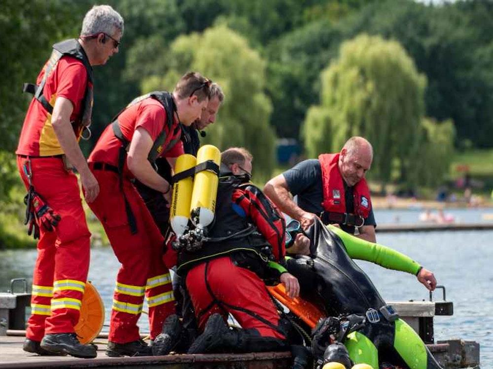 Kölner Rettungskräfte proben Einsatz mit ertrinkender Person am Fühlinger See.