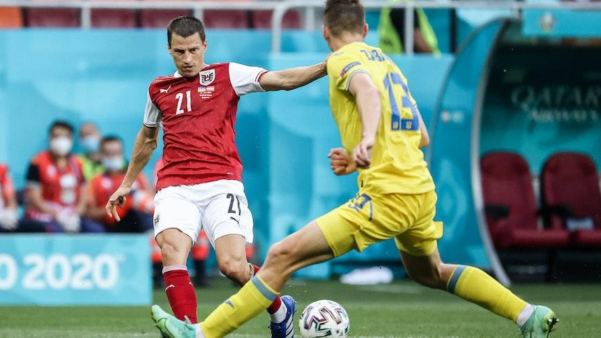 Gladbach-Verteidiger Stefan Lainer (l.) kämpft im Trikot Österreichs mit Illia Zabarnyi aus der Ukraine um den Ball.