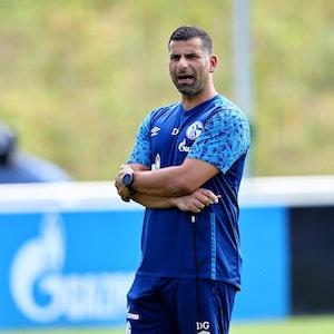 Schalke-Coach Dimitrios Grammozis beim Training im Parkstadion.