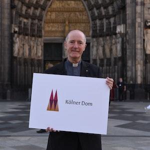 Dompropst Guido Assmann stellt am 1. Juni 2021 das neue Logo des Kölner Doms vor.