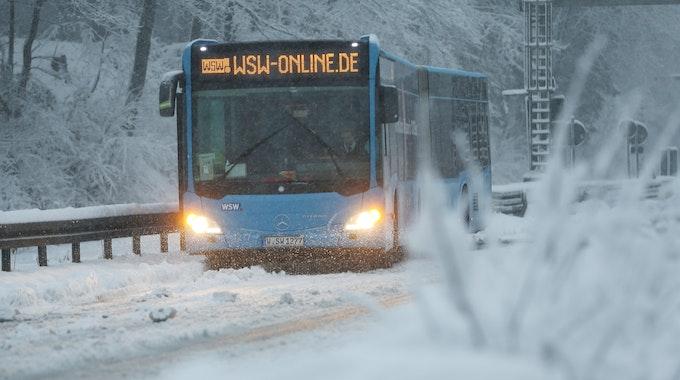 Ein Bus steckt im Schnee in Wuppertal beim Sonnenborner Kreuz fest.