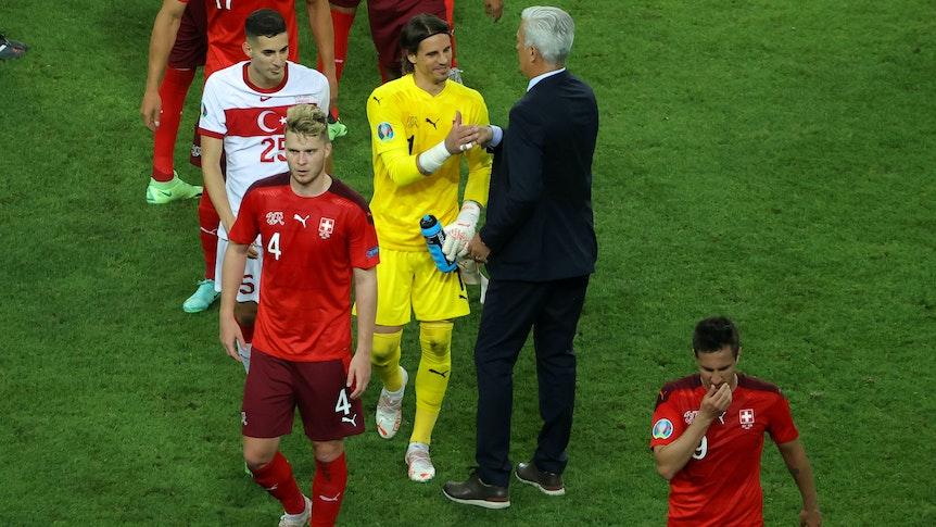 Yann Sommer (in Gelb), Nico Elvedi (vorne) und ihre Schweizer-Teamkollegen bejubeln den Sieg über die Türkei am 20. Juni 2021 in Baku.