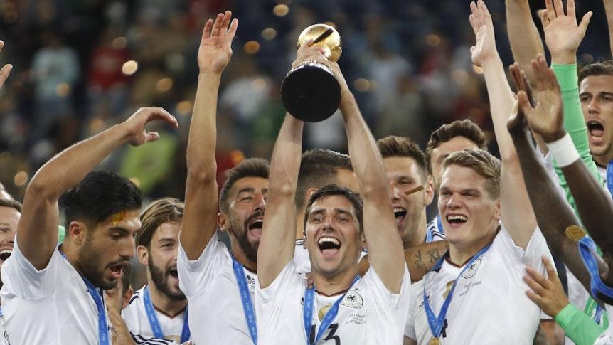 Gladbachs Kapitän Lars Stindl hält am 2. Juli 2017 im Trikot der deutschen Nationalmannschaft den Confed-Cup in seinen Händen.