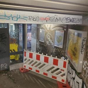 Der Eingang der Bahnstation in Köln-Nippes ist mit Graffiti beschmiert.