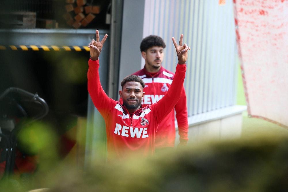 Emmanuel Dennis kommt vom Training des 1. FC Köln.