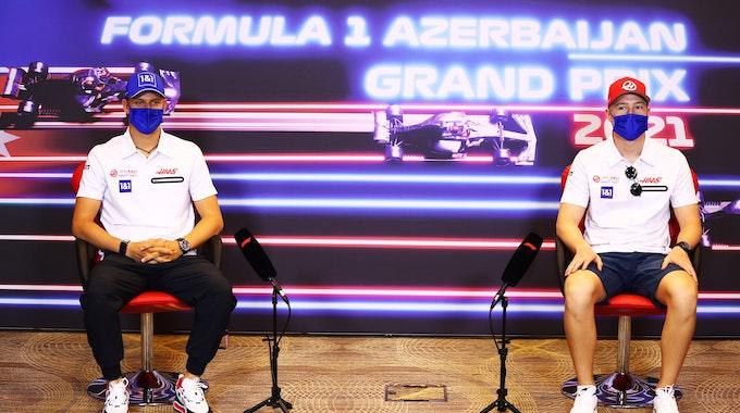 Mick Schumacher und Nikita Mazepin auf einer Pressekonferenz in Baku