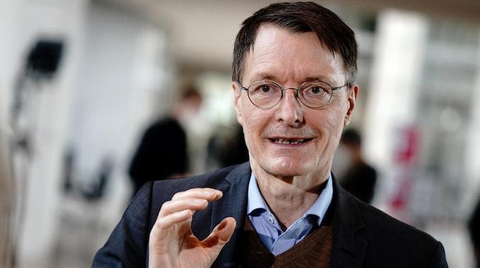 Karl Lauterbach, Gesundheitsexperte der SPD, gibt ein Interview im Berliner Bundestag.