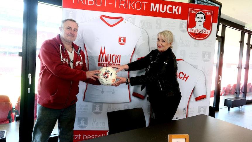 Andreas Gielchen und Claudia Banach halten einen FC-Ball
