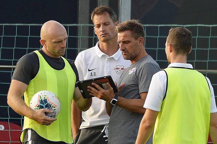 Björn Rosemeier (l.) mit Ex-RB-Nachwuchstrainer Alexander Blessin (2.v.l.) und U19-Assistent David Zdrilic (2.v.r.)