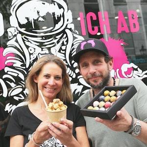 Stephanie Osterbauer und Mario Grube bei der PottKorn-Eröffnung in der Düsseldorfer Altstadt.