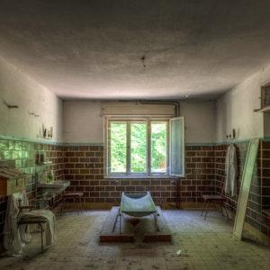 """Das alte Mönchengladbacher Polizeipräsidium gilt als """"Lost Place"""" - wie diese Leichenhalle in Brandenburg auf dem Foto."""