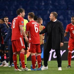 Hansi Flick und die Bayern-Stars sind nach dem Aus in der Champions League gegen Paris geknickt.