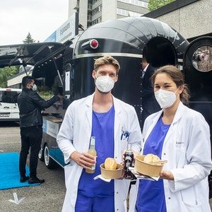 Kölner Fotoservice Pixum spendiert Krankenhauspersonal Essen als Dank für den Einsatz während der Pandemie.