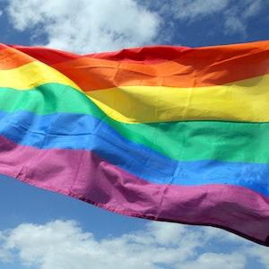 Die wehende Regenbogenflagge der LGBTIQ-Gemeinde wird auch Pride-Flagge genannt.