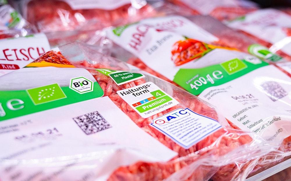 Bio-Fleisch liegt in der Auslage eines Aldi-Markts.