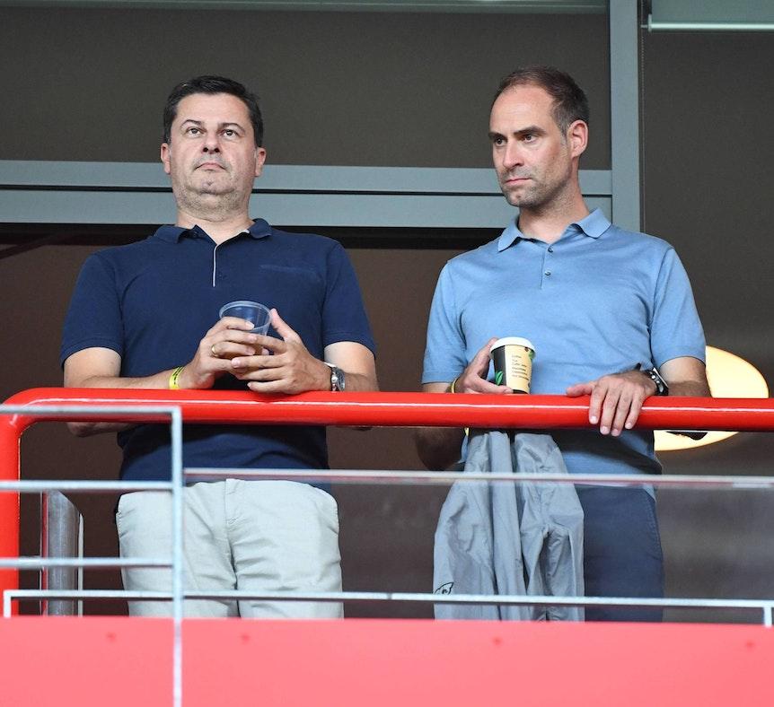 Zwei Geschäftsführer, eine Reling: Oliver Mintzlaff (r.) und Christian Seifert