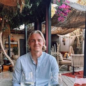 Sebastiaan Bornauw beim essen im Urlaub auf Ibiza