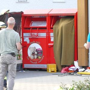 In Düsseldorf-Unterbilk wurde ein Mann in einem Altkleidercontainer eingeklemmt, er starb wenig später.