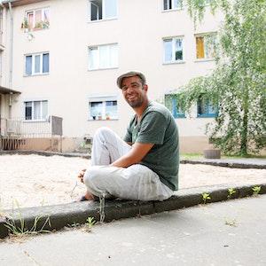 Der Kölner Gabriel Schmidt (39) beim Tag der offenen Tür des Projekts OMZ, das ihm von der Obdachlosigkeit zurück zu einem geregelten Leben geholfen hat.