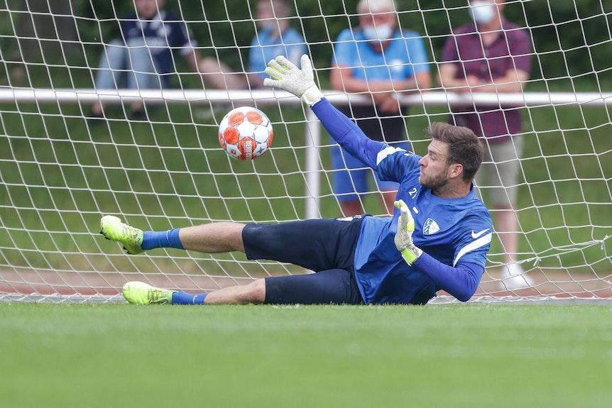 Unter dem kritischen Blick der Kiebitze: Bochums Keeper Michael Esser startet in die Sommervorbereitung.