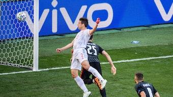 Cesar Azpilicueta (l.) gewinnt vor seinem Treffer zum 2:1 für Spanien das Kopfballduell gegen Josko Gvardiol.