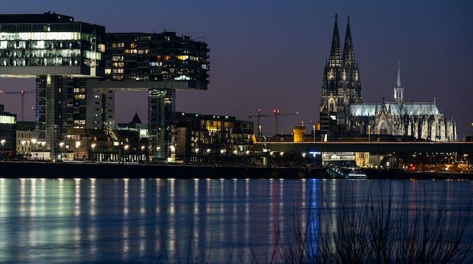 Das Kölner Rheinpanorama mit Kranhäusern und Dom am Abend