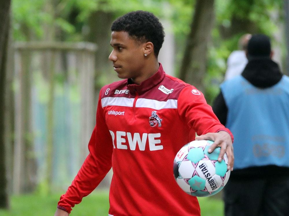 Ismail Jakobs (1. FC Köln) trägt einen Ball zum Training des 1. FC Köln.