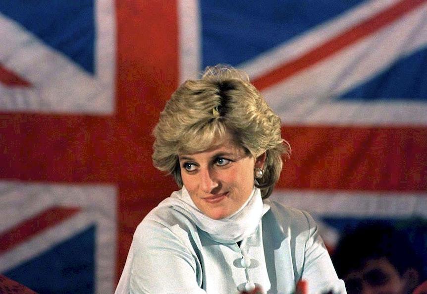 Prinzessin Diana posiert 1995 vor der britischen Flagge, dem Union Jack.