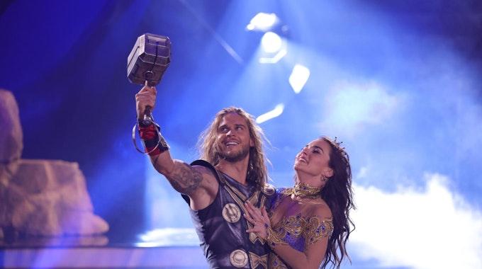 """Rúrik Gíslason tanzt im Kostüm des hammerschwingenden Donnergotts Thor mit seiner Tanzpartnerin Renata Lusin beim Finale der 14. Staffel der RTL-Tanzshow """"Let's Dance""""."""