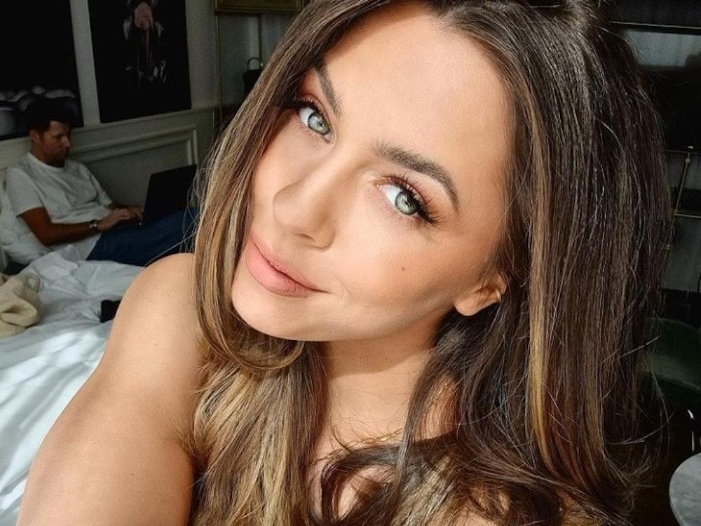 """Vanessa Mai posiert auf einem Selfie am 24. März 2021 im Bett. Die Sängerin macht beim Action-Format """"Celebrity Hunted"""" mit."""