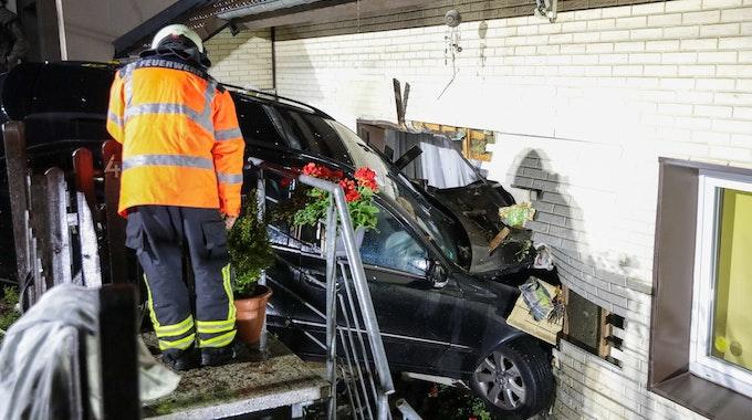 Das Auto krachte in Wuppertal in der Nacht zum Mittwoch (30. Juni) in die Hauswand und blieb im Wohnzimmer stecken.