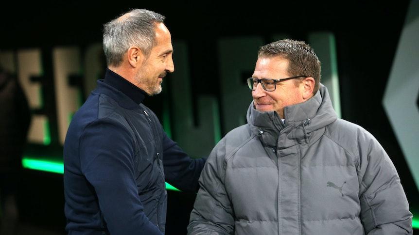 Gladbach-Manager Max Eberl (rechts) und Trainer Adi Hütter (links) begrüßen sich am 27. Oktober 2019 im Borussia-Park.