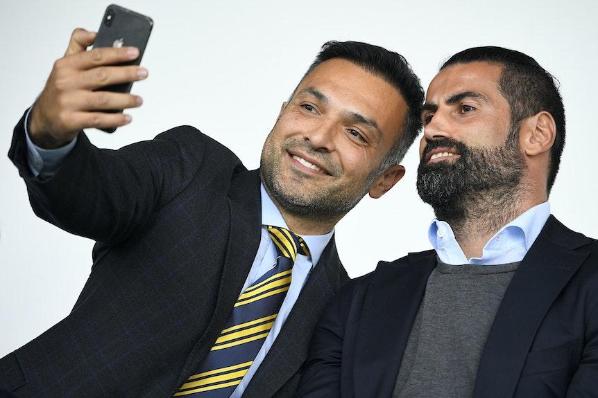 Emil Forsbergs Berater Hasan Cetinkaya (l.) freute sich dieses Jahr über die Vertragsverlängerung seines Schützlings bei RB Leipzig.