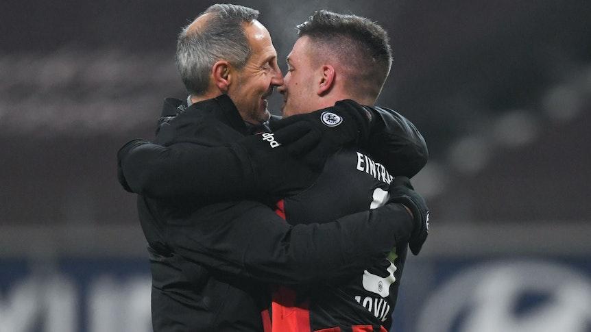 Trainer Adi Hütter (l.) und Luka Jovic (r.) umarmen sich am 17. Januar 2021 nach der Bundesliga Partie zwischen Frankfurt und Schalke.