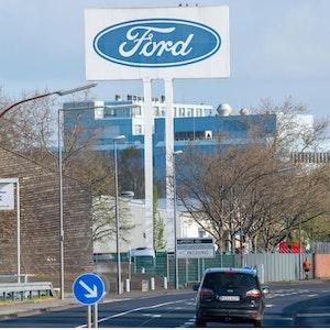 Die Kölner Ford-Werke müssen aufgrund von Liefernegpässen die Produktion stoppen.
