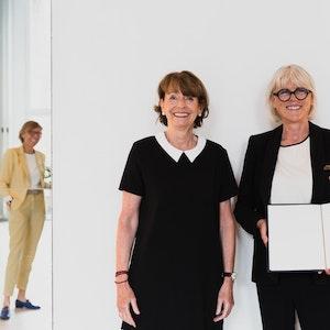 Martina Wziontek von Burundi Kids erhält in Köln das Bundesverdienstkreuz von Henriette Reker.