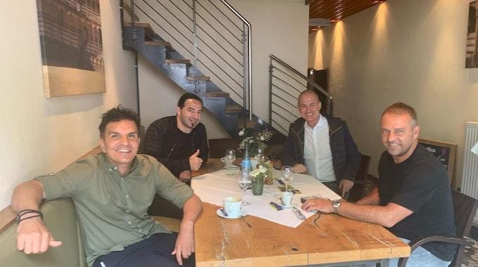 Hansi Flick mit seinen Freunden Kenan Kocak und Bülent Ceylan beim Frühstück.