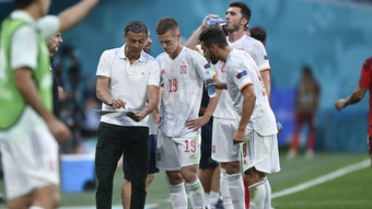 Spaniens Trainer Luis Enrique gibt Anweisungen an Dani Olmo (m.) und Jordi Alba (r.).